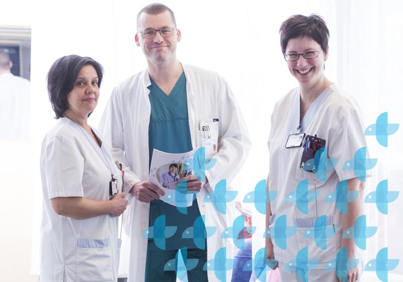 Läkarrekrytering, läkare och två skötare ler och tittar mot kameran