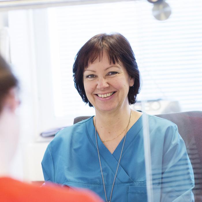 En leende skötare vid anmälningsdisken
